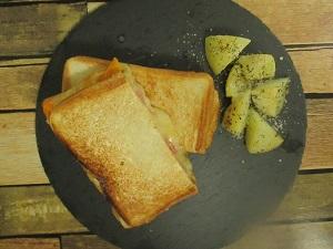 丸洗いできて食パンがみみまですっぽり入るホットサンド メーカー。IH・直火対応だからアウトドアにも最適!