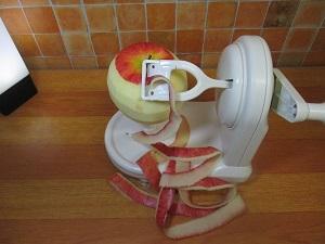 訳あってリンゴをよく食べる人にすすめたい、アップルピーラー~煩わしい皮むきもこれで解決